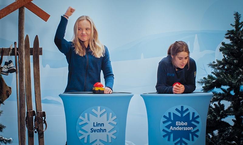 Linn Svahn och Ebba Andersson under frågesporten I skidspåret.