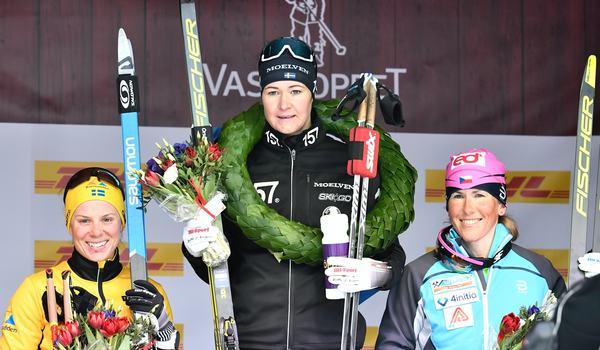 Britta Johansson Norgren högst upp på pallen efter Tjejvasan 2019. Till vänster tvåan Lina Korsgren och till höger trean Katerina Smutná. FOTO: Vasaloppet.