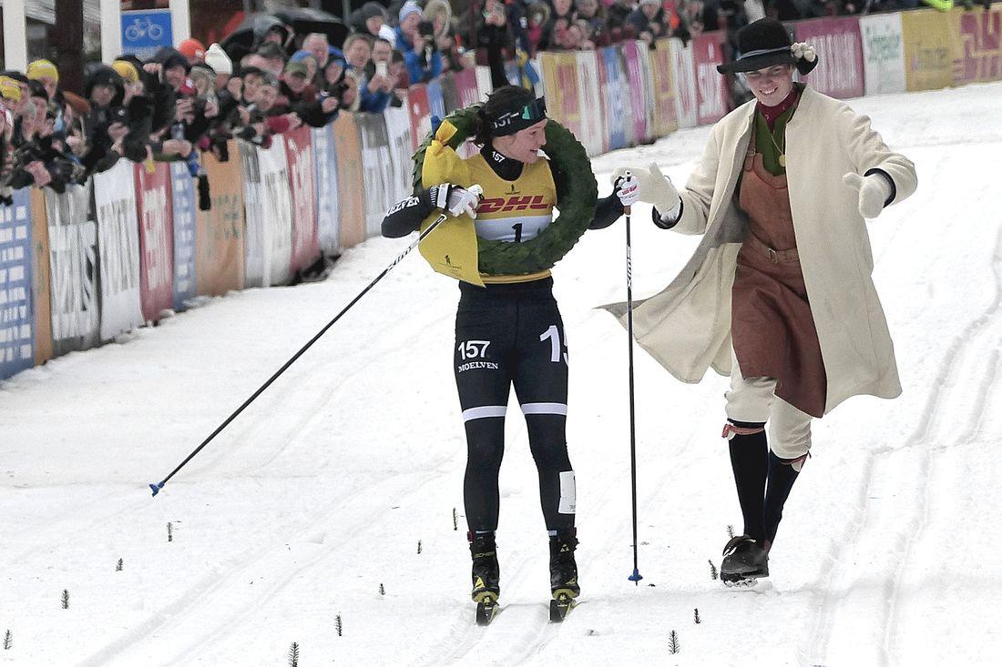 Britta Johansson Norgren tar emot Tjejvasans segerkrans av kransmasen Daniel Duhlbo. FOTO: Johan Trygg/Längd.se.