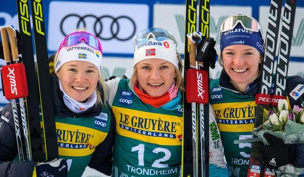 Jonna Sundling blev fin tvåa på sprinten i Trondheim. Här med vinnaren Maiken Caspersen Falla och trean Nadine Fähndrich. FOTO: Bildbyrån/Vegard Wivestad Grött.