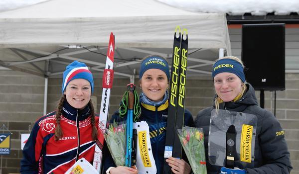 Magdalena Olsson vann världscupsprinten i Vindeln. Här flankerad av tvåan Evine Westli Andersen, Norge och Linda Lindkvist. FOTO: Mårten Lång/Svenska orienteringsförbundet.