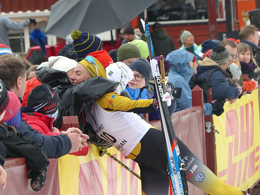 En glad Ida Dahl får stora kramen efter tredjeplatsen på Tjejvasan. FOTO: Johan Trygg/Längd.se.