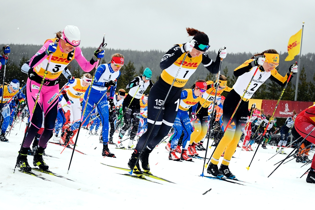 Bra tempo från start. Britta Johansson Norgren med Katerina Smutna till vänster och Lina Korsgren till höger direkt efter startskottet. FOTO: Vasaloppet/Ulf Palm.