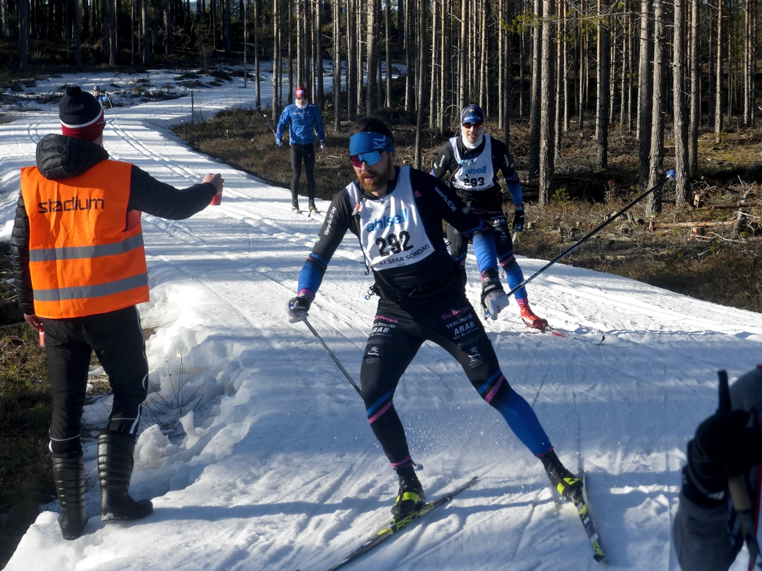 Fredrik Johansson och Mathias Söderberg öser på med drygt 4 kilometer kvar av Öppet spår där de var snabbast under söndagen. FOTO: Johan Trygg/Längd.se.