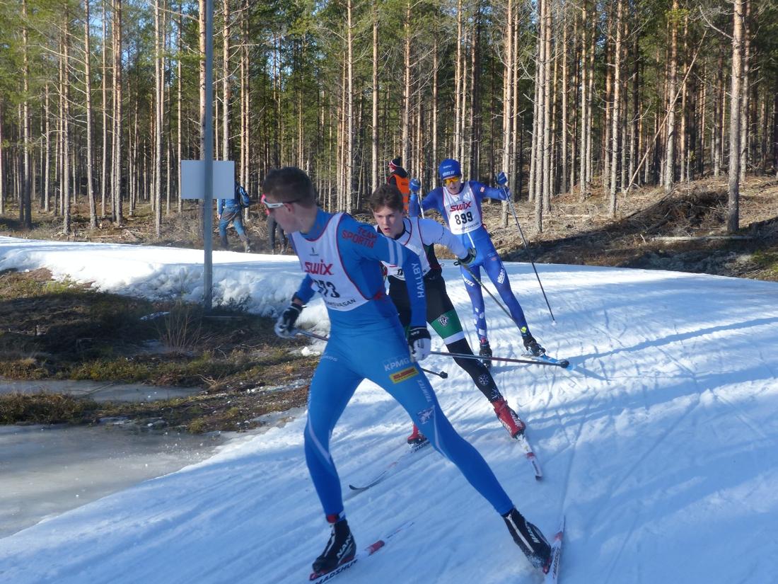 Anton Grahn drar tätt före Viktor Norberg och Elias Danielsson med drygt 4 kilometer till mål. FOTO: Johan Trygg/Längd.se.