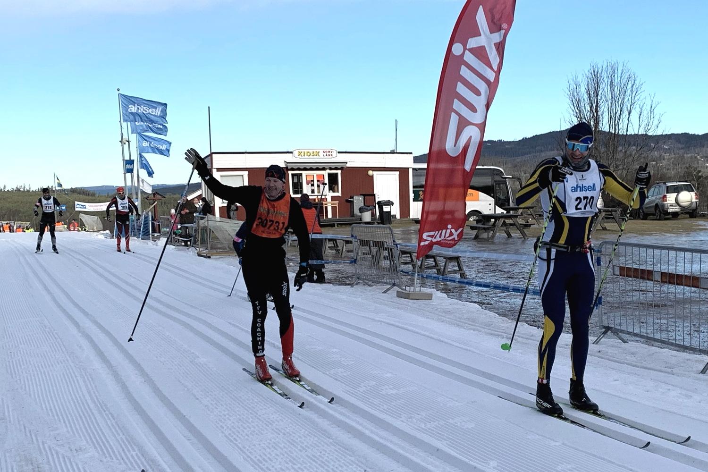 Johan Gustafsson och Magnus Nordlander passerar Oxberg i full fart. FOTO: Johan Trygg/Längd.se.