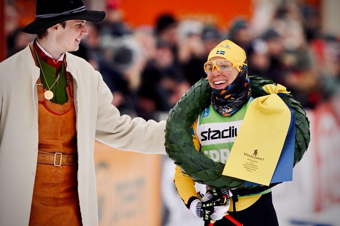 Lina Korsgren med krasmasen Daniel Duhlbo efter storsegern i Vasaloppet. Lina slog också rekord genom att vara 57:a totalt i mål. FOTO: Visma Ski Classics/Magnus Östh.