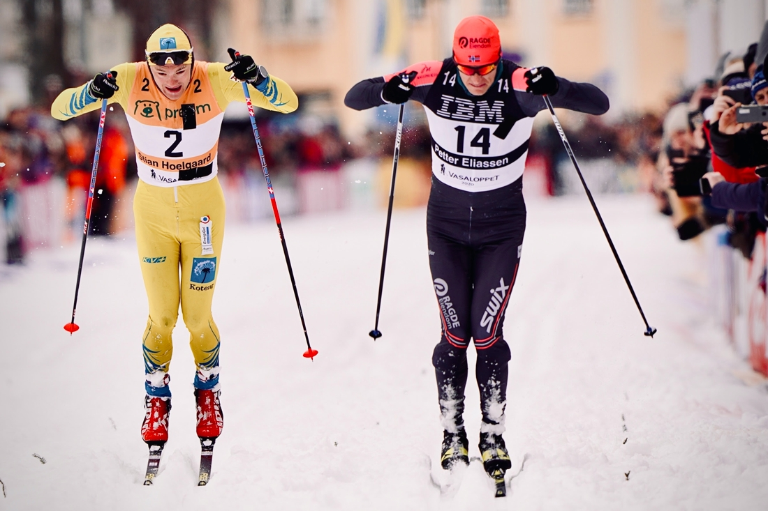 Petter Eliassen överraskade många med att ta Stian Hoelgaaard på de sista meterna i spurten. FOTO: Visma Ski Classics/Magnus Östh.