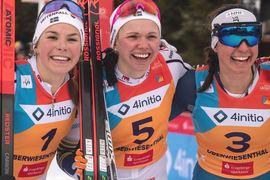 Emma Ribom vann sprintfinalen före Johanna Hagström, till vänster och Julia Kern från USA.FOTO:Svenska skidförbundet/Lukas Johansson.