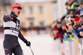 Petter Eliassen jublar på mållinjen som vinnare av Vasaloppet 2020. FOTO: Visma Ski Classics/Magnus Östh.