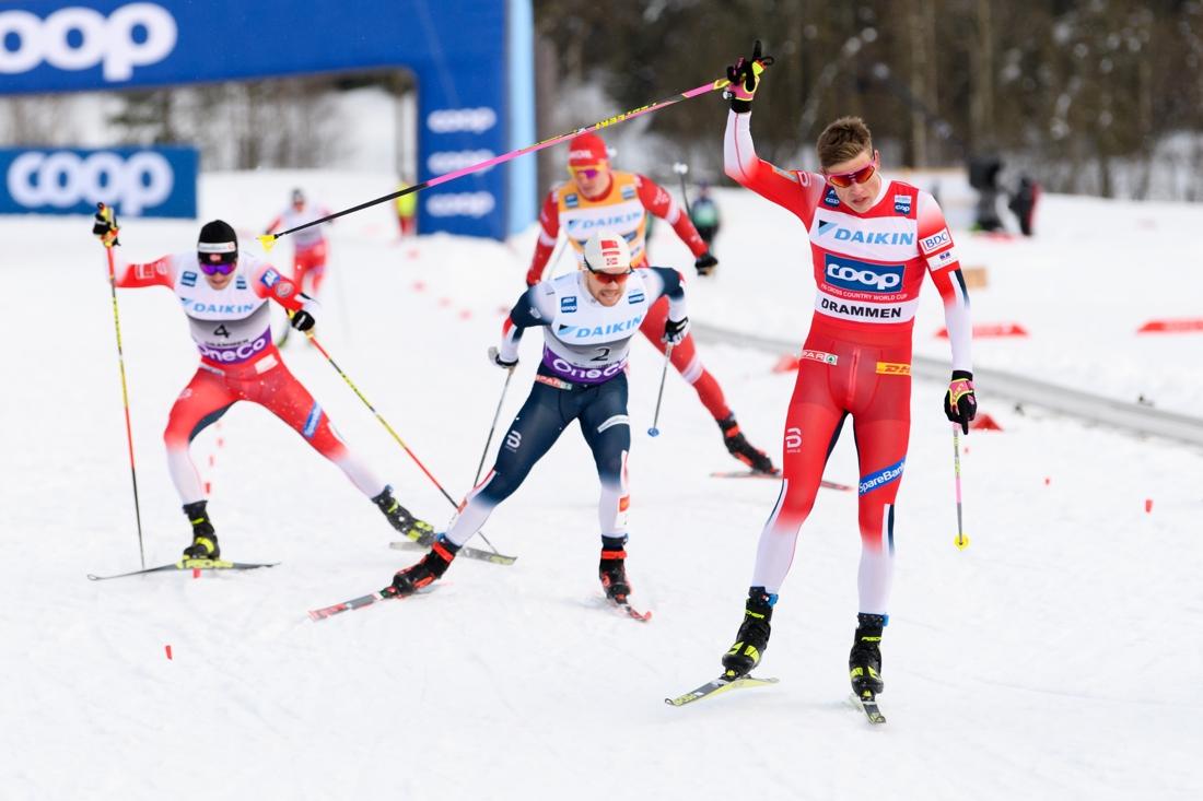 Johannes Hösflot Kläbo mot seger närmast före Håvard Solås Taugböl. FOTO: Bildbyrån/Mathias Bergeld.