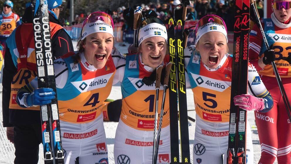 En jublande svensktrio efter trippen på U23-VM:s masstart. Moa Lundgren silver, Ebba Andersson guld och Emma Ribom brons. FOTO: Lukas Johansson/Svenska skidförbundet.