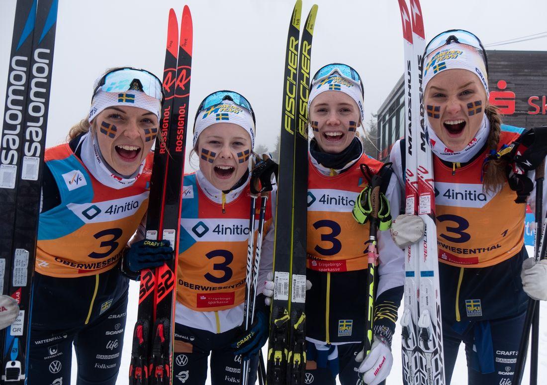 Det svenska bronslaget på JVM-stafetten: Fr.v. Louise Lindström,  Tove Ericsson, Märta Rosenberg och Tilde Bångman. FOTO: Lukas Johansson/Svenska skidförbundet.