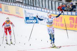 Frida Karlsson före Therese Johaug över mållinjen på tremilen i Holmenkollen. FOTO: Bildbyrån/Mathias Bergeld.