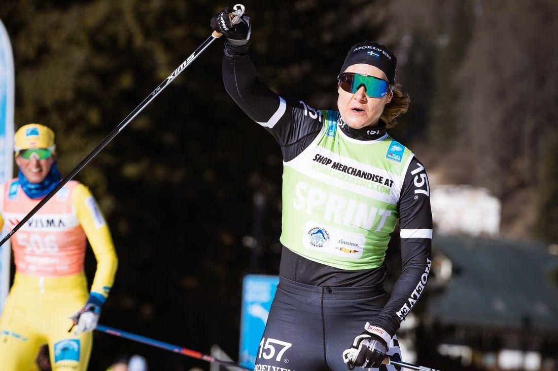 Britta Johansson tar hem Visma Ski Classics för femte året i rad. De tre sista tävlingarna ställs in på grund  av coronaviruset. Här vinner Britta Toblach-Cortina tidigare i vinter. FOTO: Visma Ski Classics/Magnus Östh.