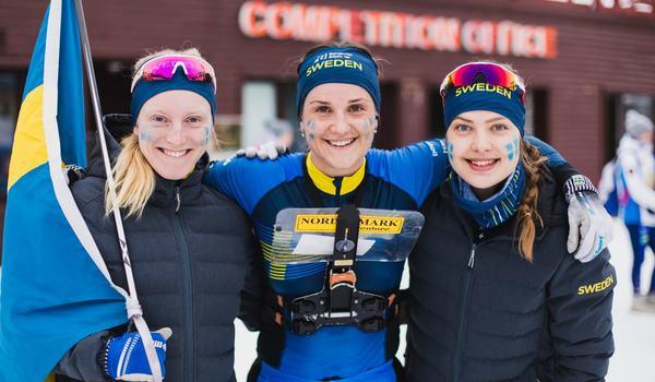 Sveriges guldlag. Från vänster: IK Jarl Rättviks Linda Lindkvist och IFK Mora OK:s Magdalena Olsson och Isabel Salén. FOTO:esoc2020.