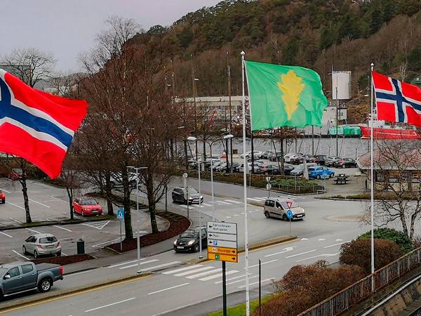 Flagg utenfor rådhuset