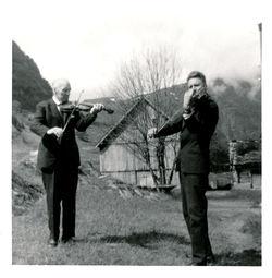 Moses og Magnus Paulen spelar på tunet i Paulen