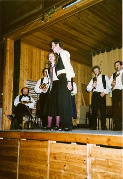 Hilde og Jostein syng i Dølheim i Hornindal 1983-2