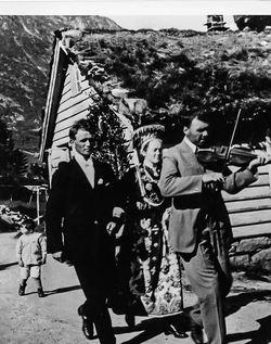 Moses Paulen spelar i bryllaupet til Berthea Årdal og Kristoffer Sandnes 1926