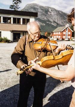 Lars lærer til Sigmund på Mo 1984-2