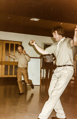 Vidar og Sigmund dansar halling på Mo 1984-2