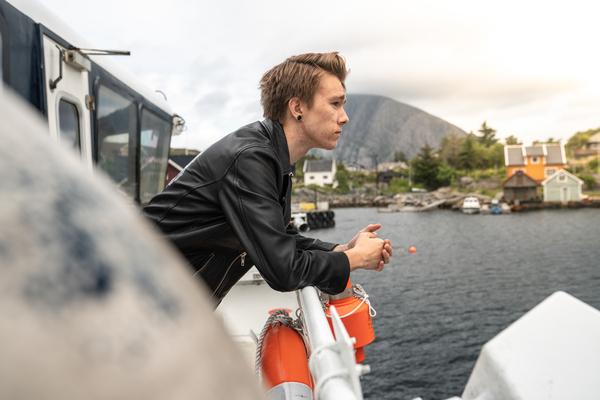 Lokalbåt - passasjer som står ved rekka ute_2_600x400.jpg