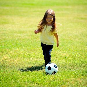 Jente spiller fotball