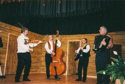 Gamaldansgruppe med fele, kontrabass, gotar og trekkspel-2
