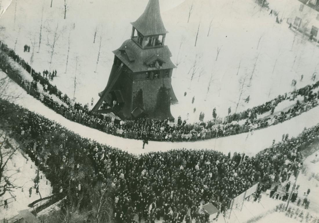 Upploppet in mot Vasaloppsmålet 1945 som rundade klockstapeln. Den nya målportalen kommer nu byggas upp vid klockstapeln.