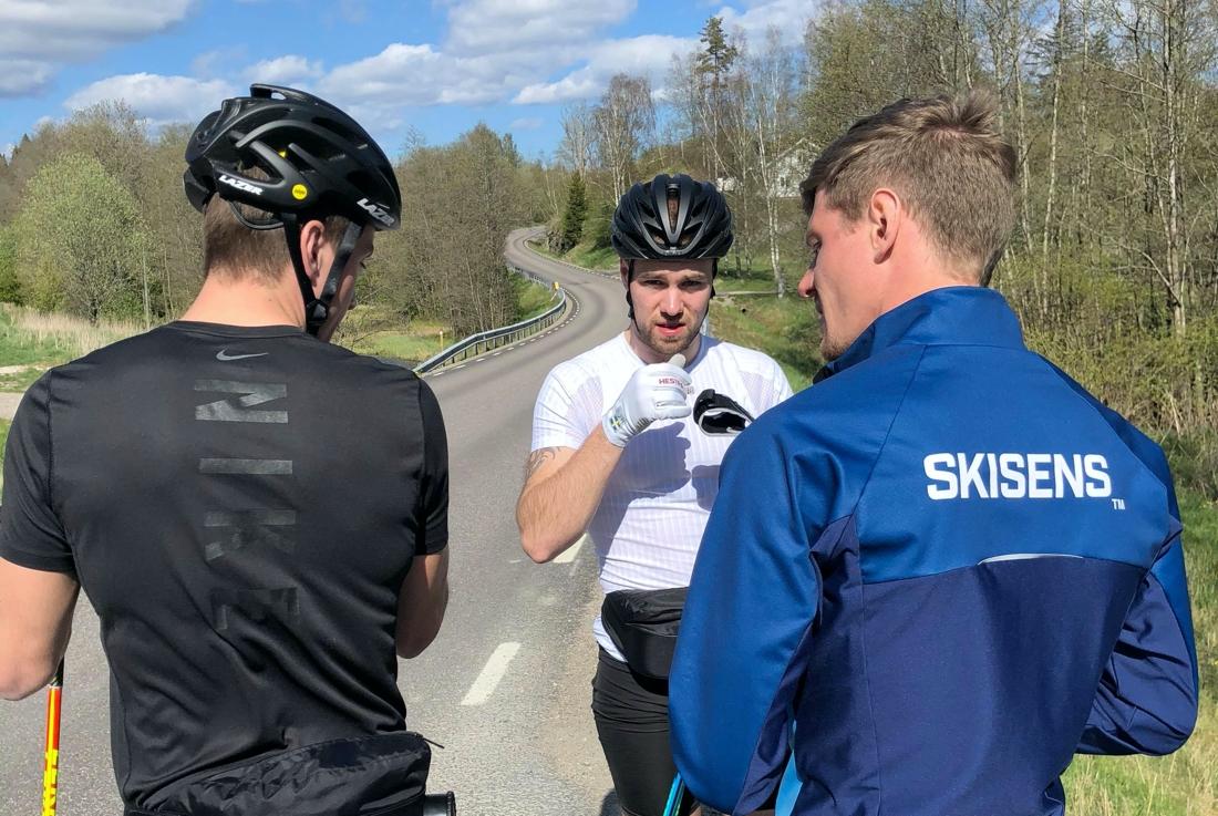Calle och Viktor diskuterar med Johan Högstrand från Skisens. FOTO: Mattias Reck/Guided Heroes.