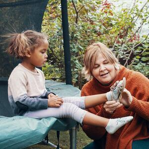 Mor og datter på trampoline