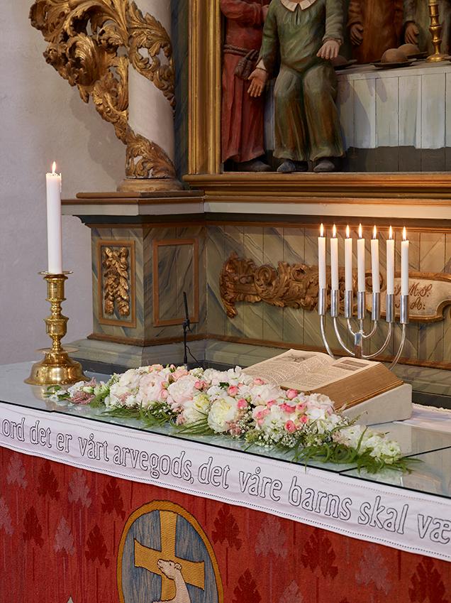 Blomsterdekor-i-kirken-bryllup-2.jpg