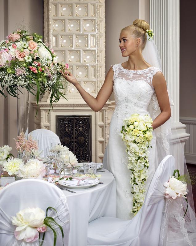 blomster-og-dekor-på-bryllupsbordet.jpg