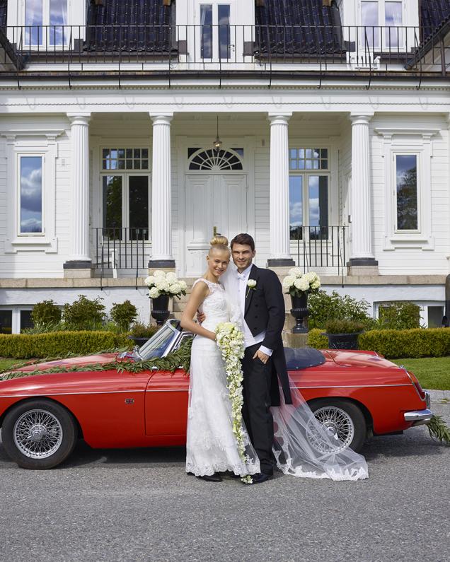 Brudepar-brudebil-bryllupslokalet.jpg