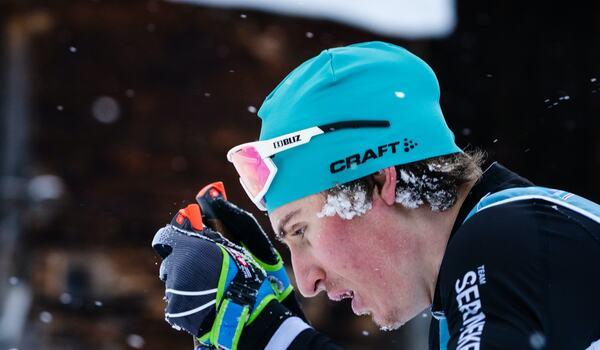 Pontus Nordström kämpar på under La Venosta i Italien i vintras. Nu är han utan team men fortsätter satsningen i sin klubb Östervåla IF. FOTO: Visma Ski Classics/Magnus Östh.