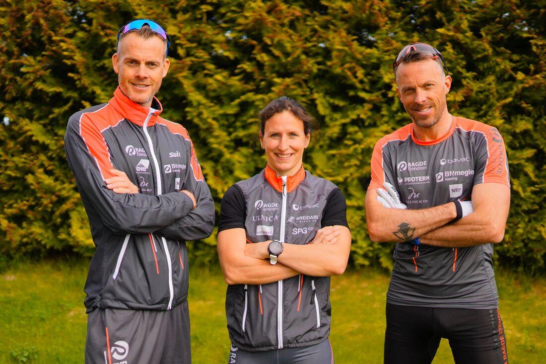 Marit Björgen mellan Jörgen och Anders Aukland. Ny byter Team Ragde Eiendom namn till Team Ragde Charge. FOTO. Börre E. Helgerud.