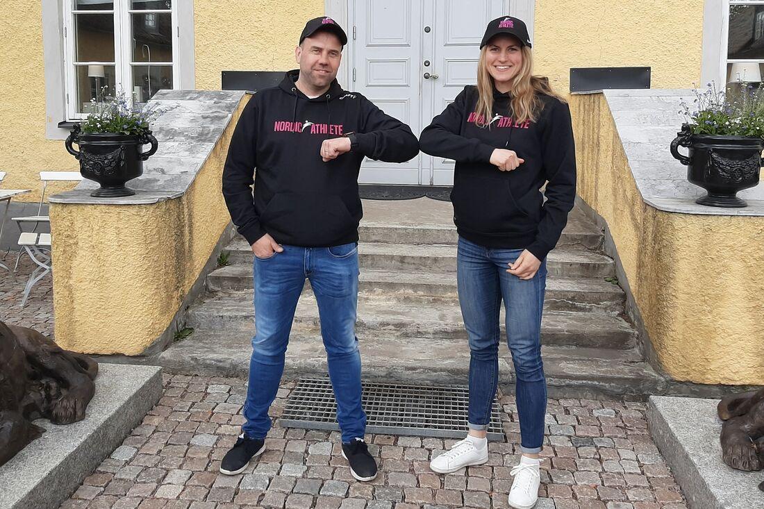 Linn Sömskar tillsammans med teamchefen för Team Nordic Athlete, Kim Mäenpää. Nu blir det satsning på långlopp i Visma Ski Classics för Linn. FOTO: Team Nordic Athlete.