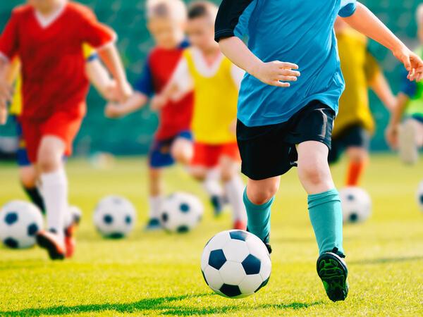 Barn spiller fotball