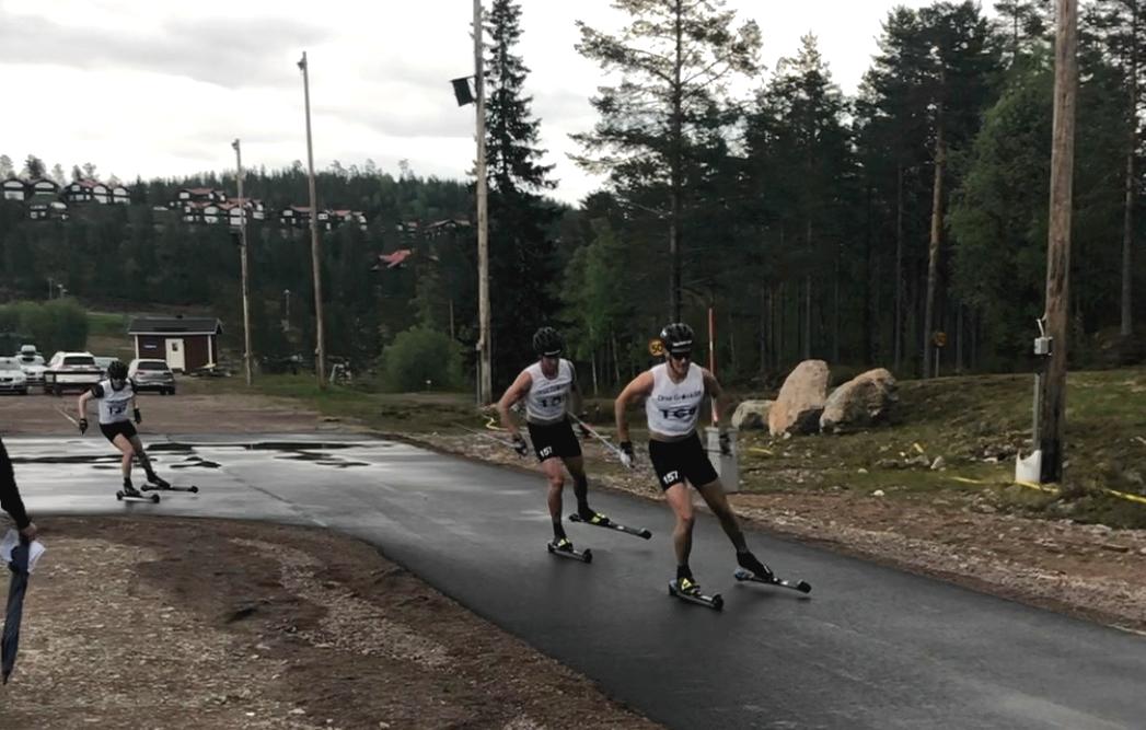 Andreas Holmberg, åtta i mål, drar före vinnaren Emil Persson FOTO: Marcus Laggar.