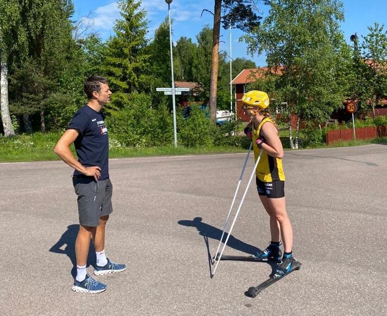 Mattias Reck och Lina Korsgren diskuterar i samband med ett träningspass häromdagen. FOTO: Johan Högstrand, Skisens AB.