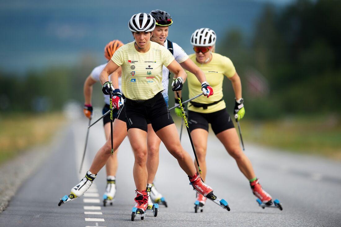 Charlotte Kalla, Anna Dyvik och Hanna Falk rullar på – och kommer och tävlar på rullskidor i Trollhättan i slutet av augusti. FOTO: Svenska skidförbundet.