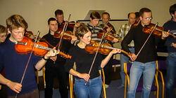 Medlemmer i Indre Sunnfjord Spelemannslag under opptak i NRK-studio i 2003