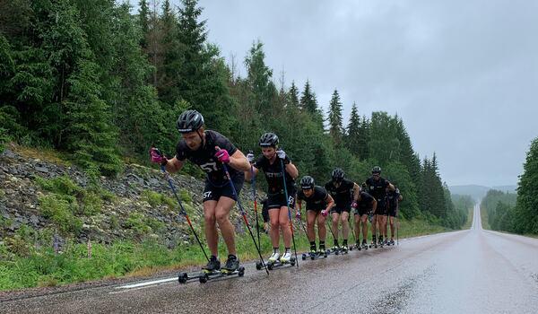 Anton Karlsson närmast före sambon Elin Mohlin och Britta Johansson Norgren på Lager 157 Ski Teams senaste läger i Torsby. FOTO: Lager 157 Ski Team.