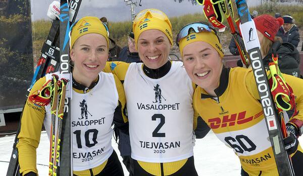 Ida Dahl, Lina Korsgren och Jenny Larsson efter Tjejvasan i vintras. Nu satsar Salomon hårt på hela trion från Team Ramudden. FOTO: Johan Trygg/Längd.se.