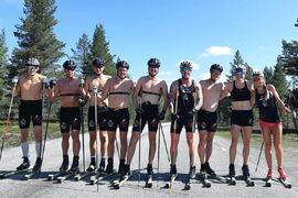 Linn Sömskar, näst längst till höger, bredvid Hedda Bångman och de andra i långloppslaget Team Nordic Athlete. Nu tränar sprintesset Linn för långlopp och en debutsäsong i Visma Ski Classics. FOTO: Team Nordic Athlete.