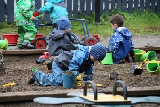 Illustrasjonsfoto, barn leker i sandkasse