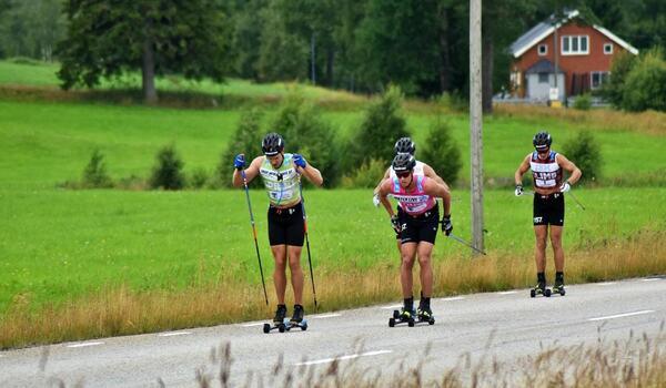 Anton Karlsson drar före Emil Persson, Marcus Johansson och Andreas Holmberg på dagens träningstävling i Liared utanför Ulricehamn. FOTO: Fredrik Ljungström.