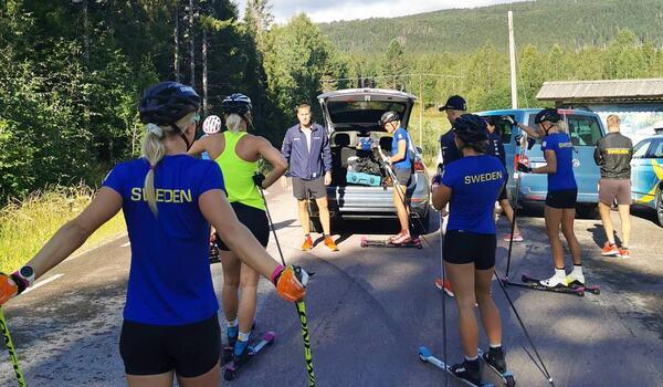 Landslagsdamerna startar lägret i Torsby med intervaller upp till Hovfjället. FOTO: Svenska skidförbundet.
