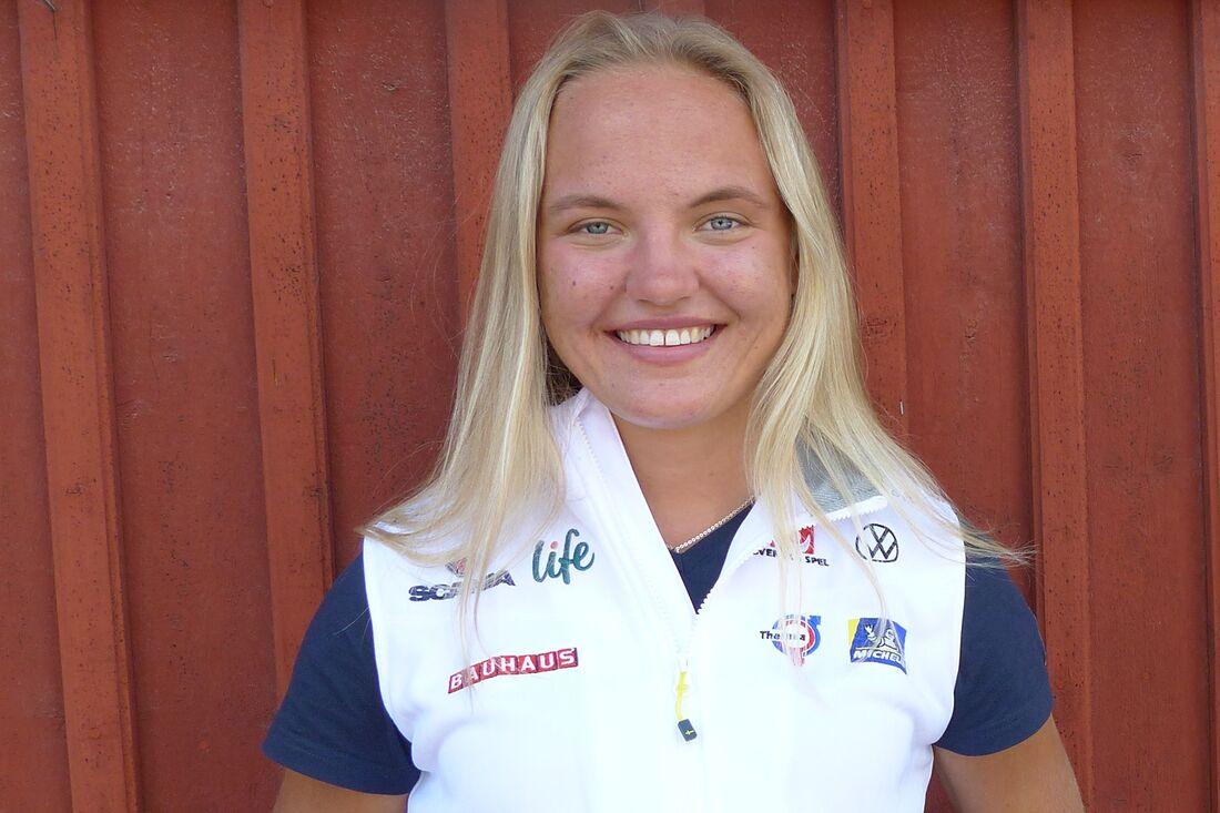 Nu har äntligen Linn Svahn fått ta emot sina pris för totalsegern i sprintvärldscupen i vintras. FOTO: Johan Trygg/Längd.se.